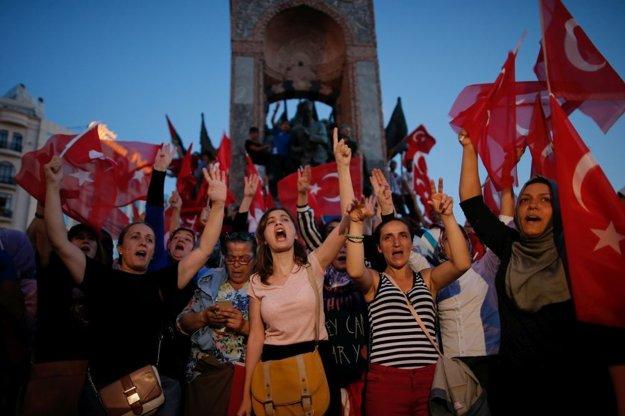 Turci oslavujú neúspešný pokus o prevrat na námestí Taksim v Istanbule.
