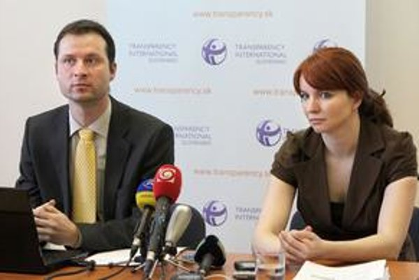 Gabriel Šípoš z Transparency International Slovensko a Angelika Szalayová z Health Policy Institute.
