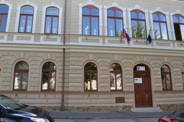 Základná škola s materskou školou na Kubínyiho námestí.