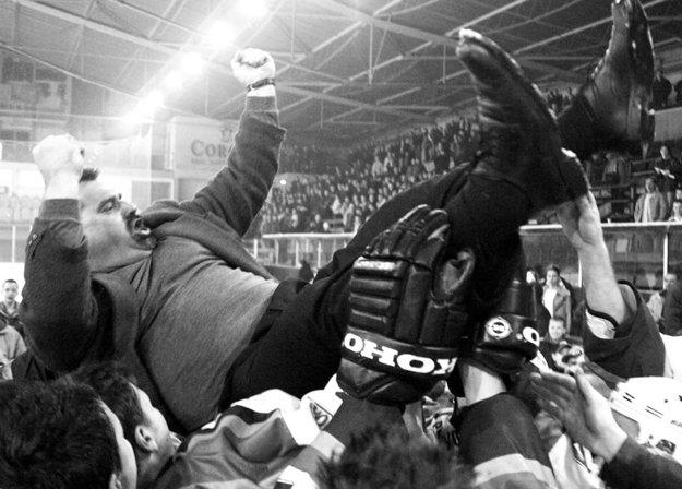 Oslavy postupu na konci sezóny 2002/03 - tréner Chlebec na rukách svojich zverencov.