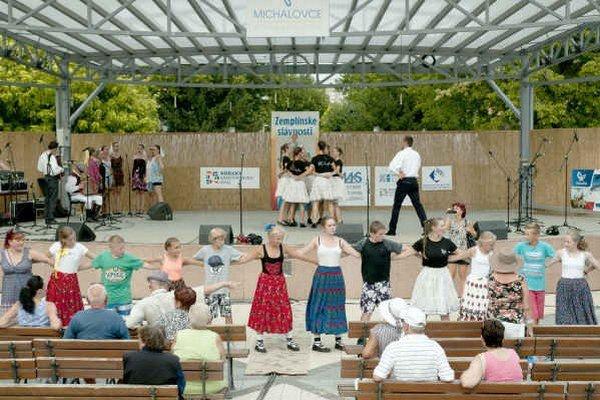 """Sprievodné podujatie """"Karička"""". Pokúsili sa naučiť tancovať tento typický zemplínsky tanec čo najviac ľudí."""