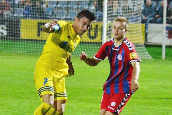 MFK Zemplín doma opäť nepochodil. Sklamaný z prehry bol aj kapitán Perez (vľavo).