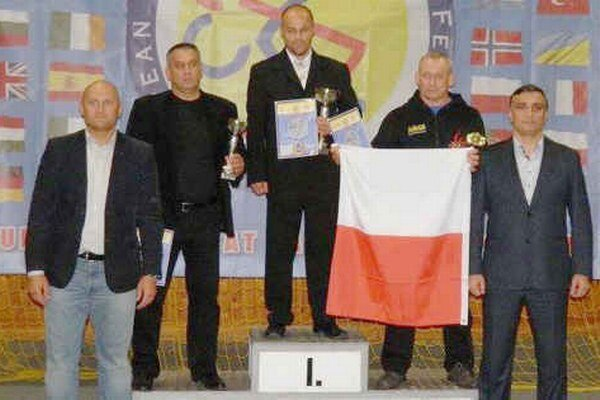 V domácom prostredí sa Michalovčanom darilo. V prostriedku na najvyššom stupni je ich tréner Tibor Šimonič.