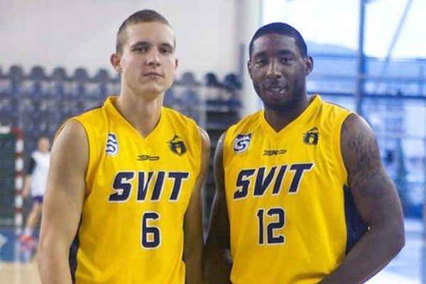 V drese extraligového Svitu. Skvašík (vľavo) so spoluhráčom Lawrencom.