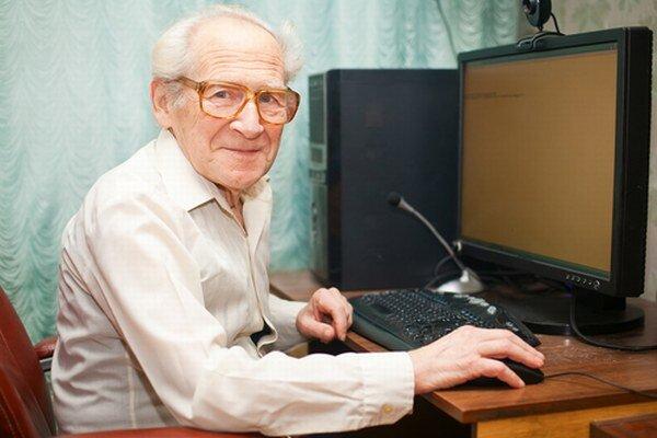 Cieľom projektu je naučiť seniorov práci s počítačmi.