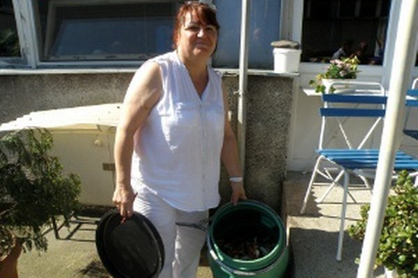 Vlasta Beránková, vedúca školskej jedálne v Chrenovci-Brusne, ukazuje sud s odpadom.