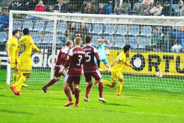 Druhý gól v sieti Podbrezovej. Postaral sa oň hlavou Vernon De Marco Morlacchi (vpravo).