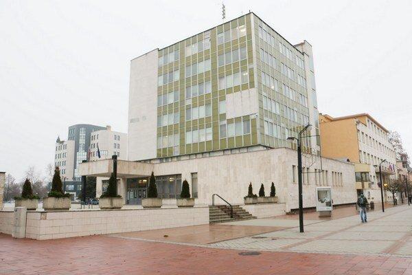Budova sídli na Námestí slobody. Samospráva ju vymení za dve cirkevné školy.