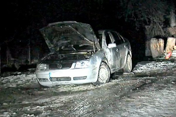 Podpálené auto. Policajt mal avízo, že sa to môže stať.
