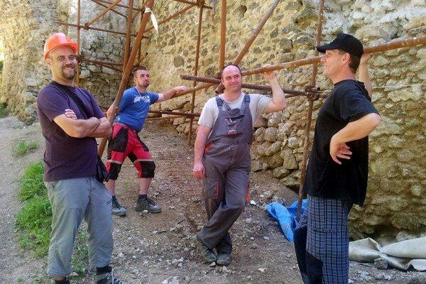 Stretnutie na hrade Lietava. Michal (prvý zľava) skolegami.