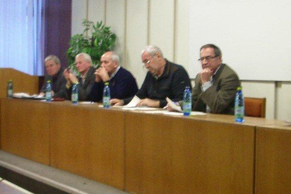 Pracovné vedenie konferencie. Na snímke zľava J. Pado, E. Dančišin, A. Szabó, J. Bendzák, R. Ivan.