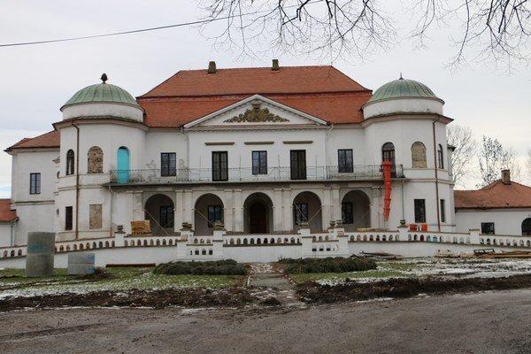 Zemplínske múzeum. Celá stavba je rozdelená na päť častí.