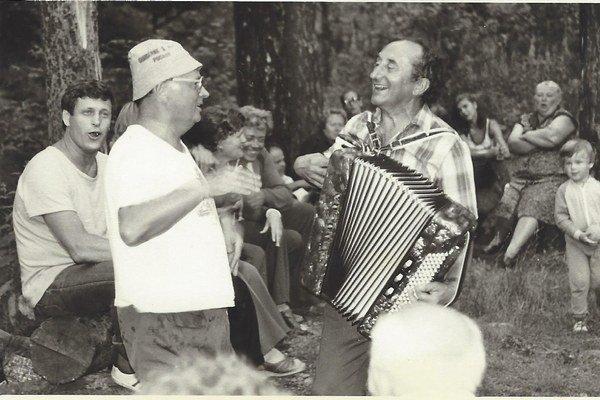 Harmonikár a spevák. Pôsobil aj vsúbore Zemplín.