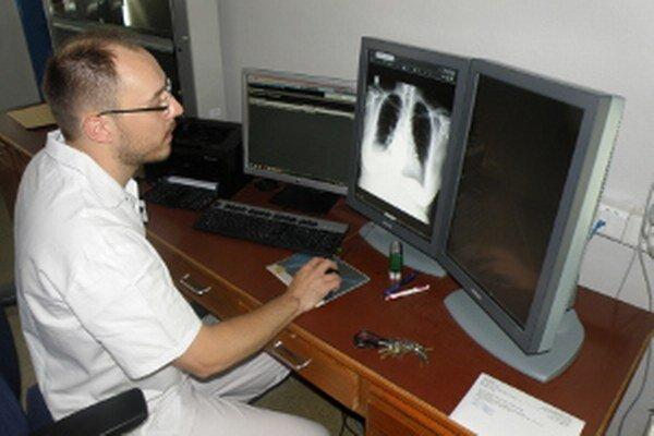 Primár rádiodiagnostického oddelenia Marek Dubovský už pracuje s digitálnou technológiou.