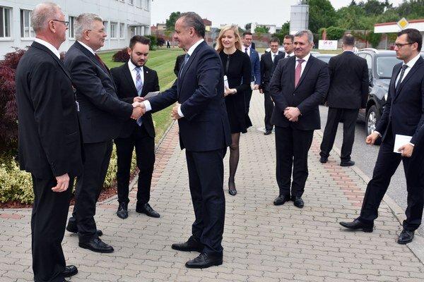 Privítanie prezidenta Andreja Kisku predstaviteľmi spoločnosti Yazaki Wiring Technologies Slovakia.