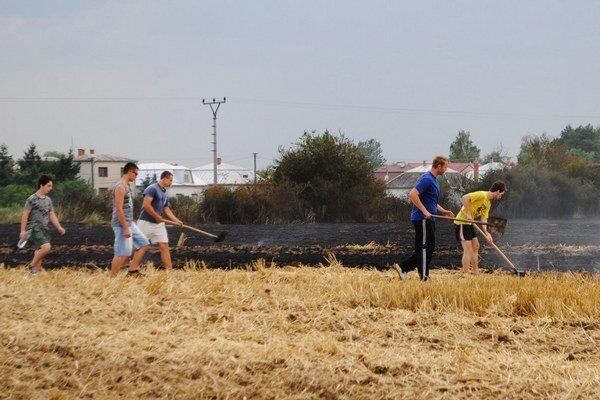 Požiar pri Veľkých Revištiach. Do príchodu hasičov zápasilo s ohňom na poli 50 dedinčanov.