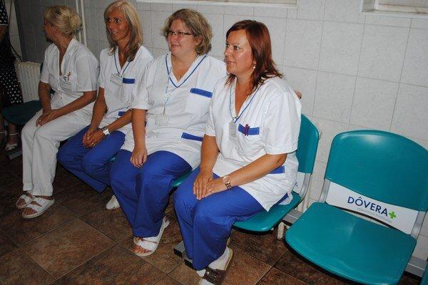 Nové lavičky. V michalovskej nemocnici pribudlo v čakárňach 86 nových lavičiek s 258 miestami na sedenie.