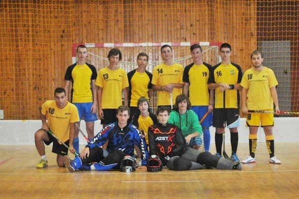 Odniesli si víťazný pohár. Hráči FBK Michalovce na turnaji nenašli premožiteľa.