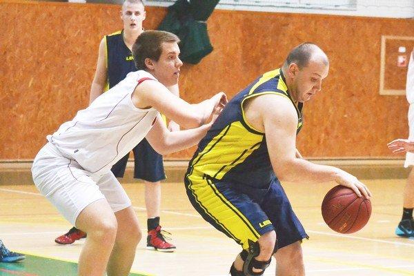 Muži si poradili s Rožňavou. M. Maškulík (s loptou) prispel k výhre 1. BKD ôsmimi bodmi.