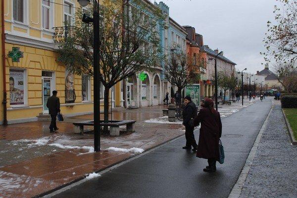 Centrum Michaloviec. Presťahovanie autobusovej stanice sa najviac dotklo predajní, ktoré sa nachádzajú v centre mesta.