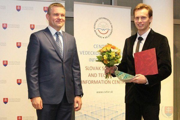 Ocenenie. Vedec Michal Puškár (vpravo) z Michaloviec získal ocenenie Osobnosť vedy a techniky do 35 rokov.