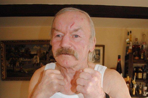 Vo forme. Hoci 65-ročný dôchodca dávno zavesil boxerské rukavice na klinec, stále sa udržiava v dobrej kondícii a každé ráno cvičí.