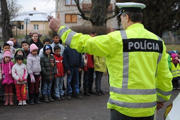 Preventívna akcia. Ku kolíziám chodcov s autami dochádza za zníženej viditeľnosti najmä na dedinách. Žiakom zo ZŠ v obci Bracovce rozdávali policajti reflexné vesty a pásky.
