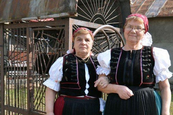 Na snímke zľava Kvetoslava Lešková a Magdaléna Antoničová - dlhoročné členky folklórnej skupiny Rakovčan.