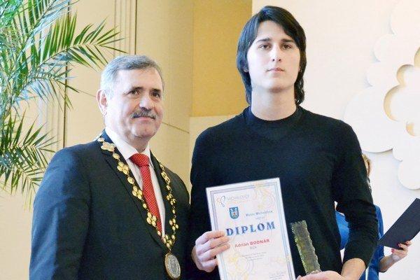 Ocenený boxer. Adrián Bodnár (vpravo) s primátorom Viliamom Zahorčákom.