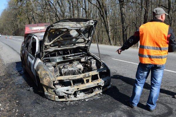 Seat začal horieť počas jazdy. Trojčlenná posádka stihla včas vystúpiť, ale auto zhorelo do tla.