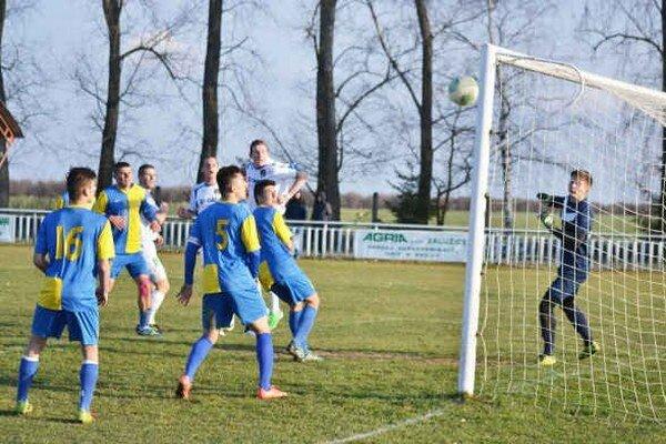 Vyrovnávajúci gól Veľkých Revíšť. Postaral sa oň Ľubomír Slinčák, domáci si s Michalovcami B body podelili.