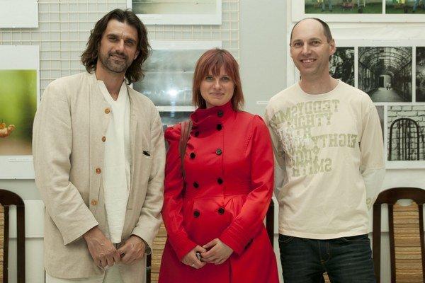 Fotografi. Na výstave môžete vidieť aj fotografie Petra Horváta (vľavo), Martiny Králikovej a Milana Šoltésa.