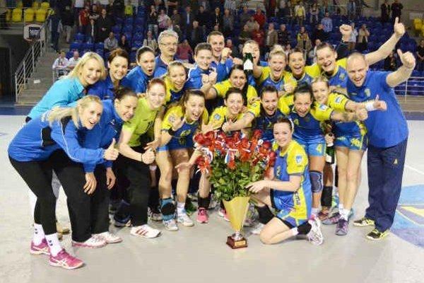 Radosť Michalovčaniek po finálovej výhre. Do ich klubovej vitríny pribudla už šiesta pohárová trofej.