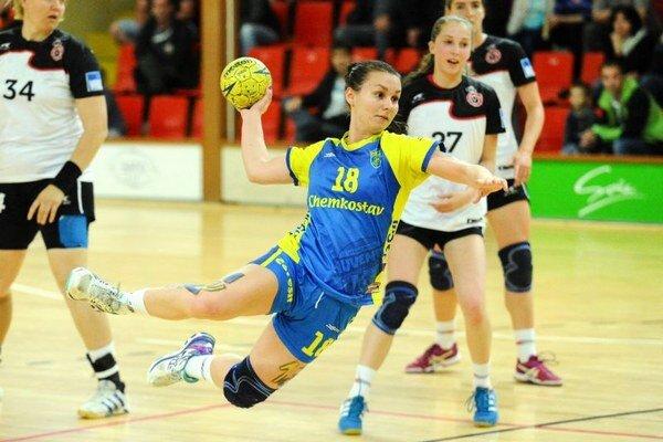 Sofia Nagyová z Michaloviec strieľa v treťom zápase finále play off WHIL o majstra SR v hádzanej žien medzi HK Slávia Partizánske a Iuventa Michalovce.
