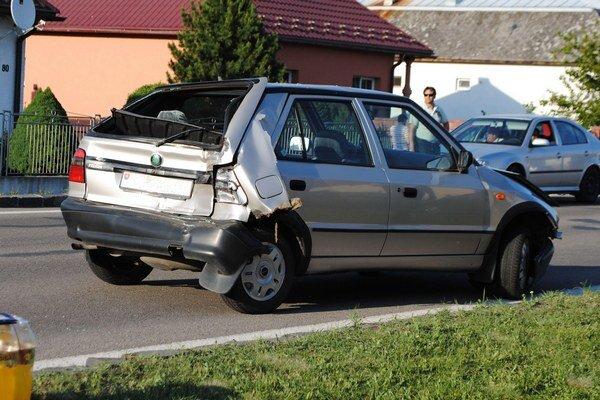Zrolovaná škodovka. Niekoľkotonové nákladné vozidlo zatlačilo kufor auta až k zadným sedadlám.