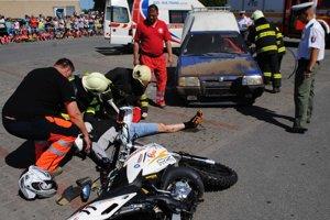 Nehoda motorkára. Hasiči, zdravotní záchranári a policajti predviedli záchranu motorkára, ktorý sa vážne zranil pri zrážke s osobným autom.