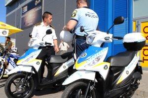 Nové motocykle. Dva skútre daroval mestským policajtom Rus Alexander Kuchtarov, ktorý má blízky vzťah k mestu Michalovce.