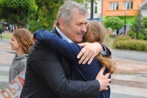 Zavítali aj na magistrát. Objatie od dobrovoľníkov prijali aj primátor Viliam Zahorčák a jeho zástupca Benjamín Bančej.