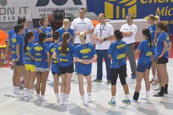 Prvá tréningová jednotka Michalovčaniek. Absolvovalo ju pätnásť hráčok, chýbali Habánková a Perederijová.