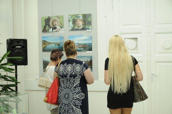 Výstava. Fotografovia prinášajú pohľady na zaujímavé miesta Michaloviec, regiónu Zemplína a taktiež odhaľujú krásy prírody.
