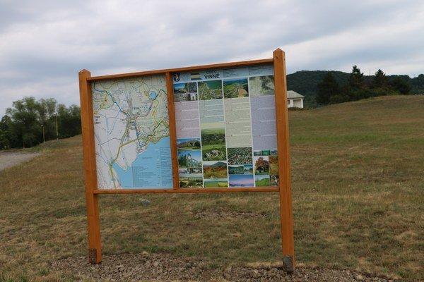 Osadené informačné tabule sú štyri. V rekreačnom stredisku Hôrka, Biela hora, pri Vinianskom jazere i v obci Vinné.