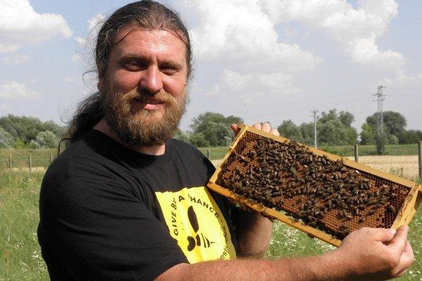 Vladislav Vaľuška. V súčasnosti má viac ako dvadsať včelích rodín.