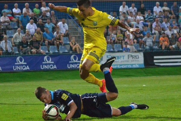 Otváral skóre zápasu. Stanislav Danko (hore) strelil exportný gól.