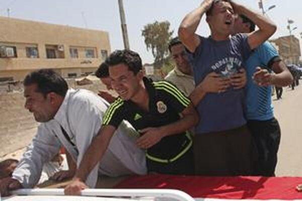 Priatelia a príbuzní trúchlia nad truhlou irackého novinára Rijada Al-Sarai, ktorého 7. septembra 2010 zastrelili pištoľou s tlmičom.
