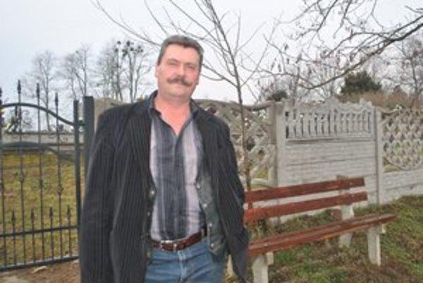 Prospešné pre obec. Starosta Karol Molnár netají, že je na nové oplotenie cintorínov vyrobené v obecnom podniku hrdý.