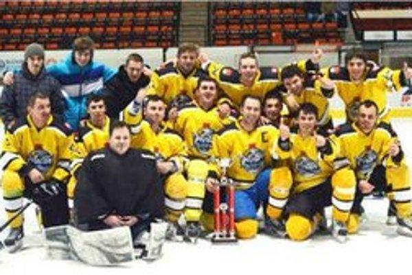 Hráči HC Parchovany s trofejou určenou pre víťaza ZAHL. Mužstvo v poslednom súboji sezóny remizovalo so Sečovskou Poliankou.