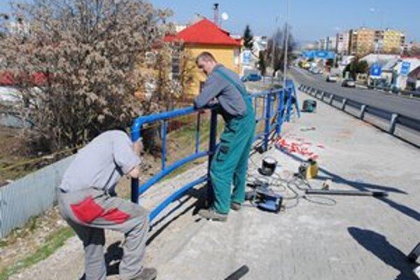 Nadjazd v Michalovciach. Je bezpečnejší aj pre chodcov. Pred pár dňami dodávateľ stavby doplnil chýbajúce zábradlie.