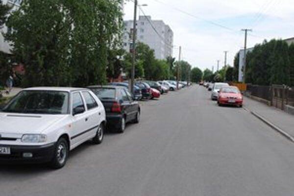 Parkoviská. Mesto ich postavilo v rámci rekonštrukcie sídliska Východ. Napriek voľnej ploche vodiči parkujú na ceste.