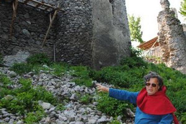 Poškodené miesto. Na zrúcanine gotického hradu spadla časť steny bývalého Východného paláca. Ukazuje Jaroslav Gorás.