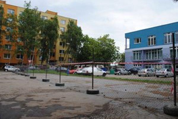 Parkovisko na Masarykovej ulici. Podnikateľ obohnal svoj pozemok pletivom. Obyvatelia sídliska teraz majú problémy s parkovaním.